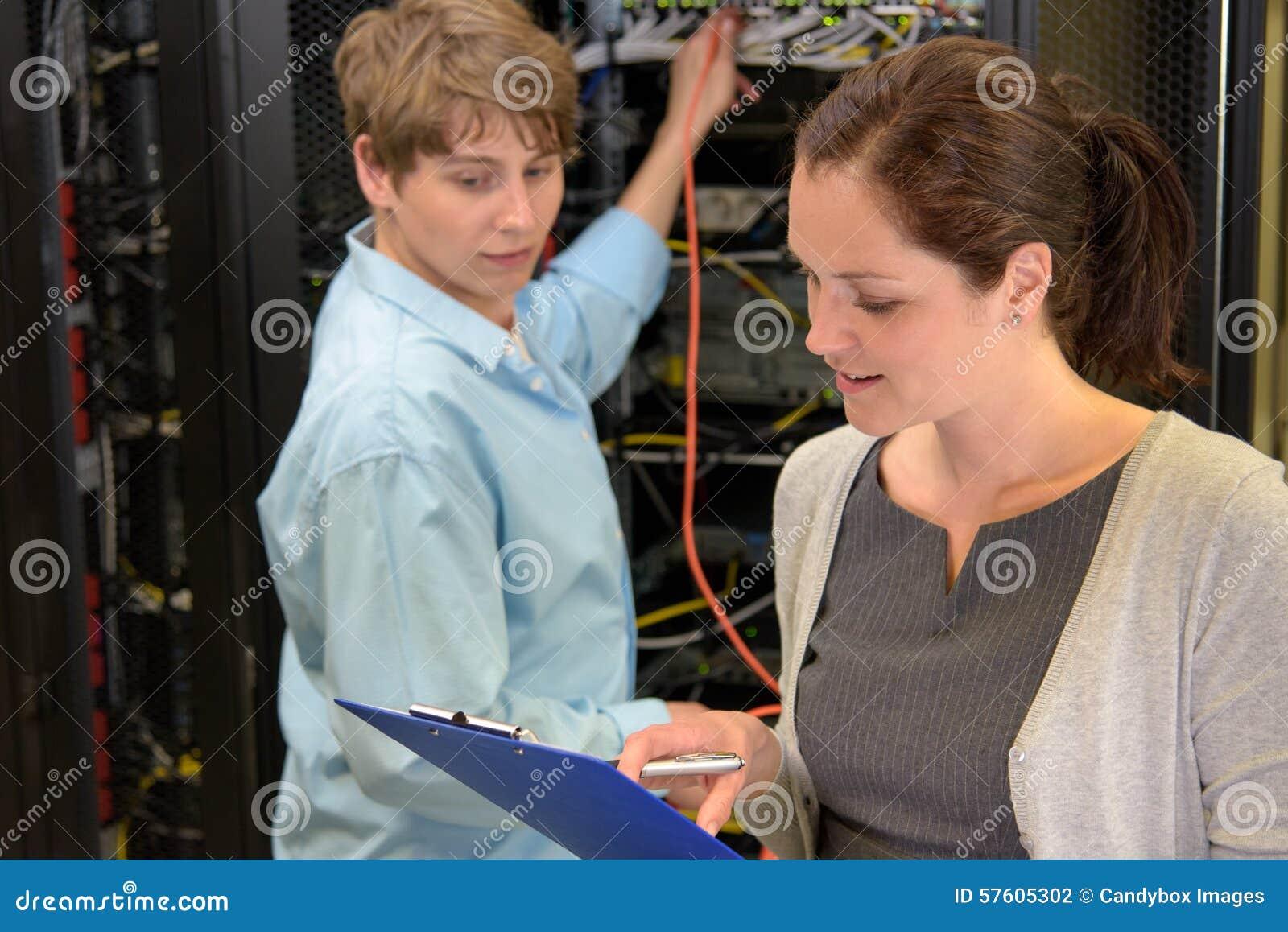 Gruppo dei tecnici dell IT nella stanza del server