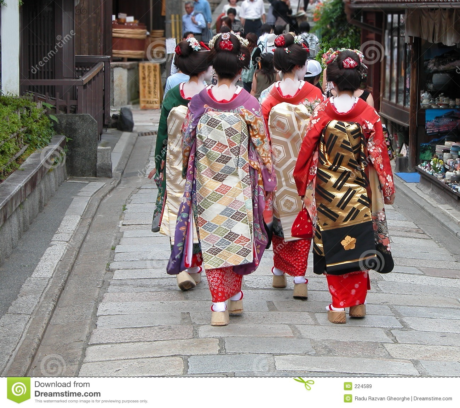 Gruppo del geisha in una via di Kyoto