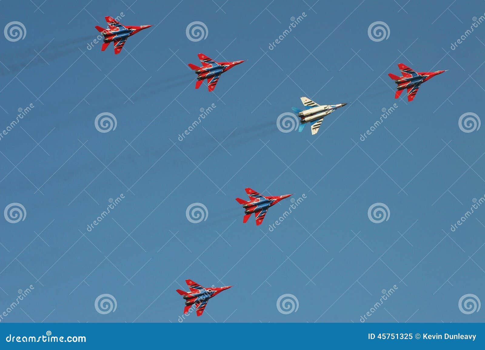 Gruppo dell esposizione dell aereo da caccia a airshow