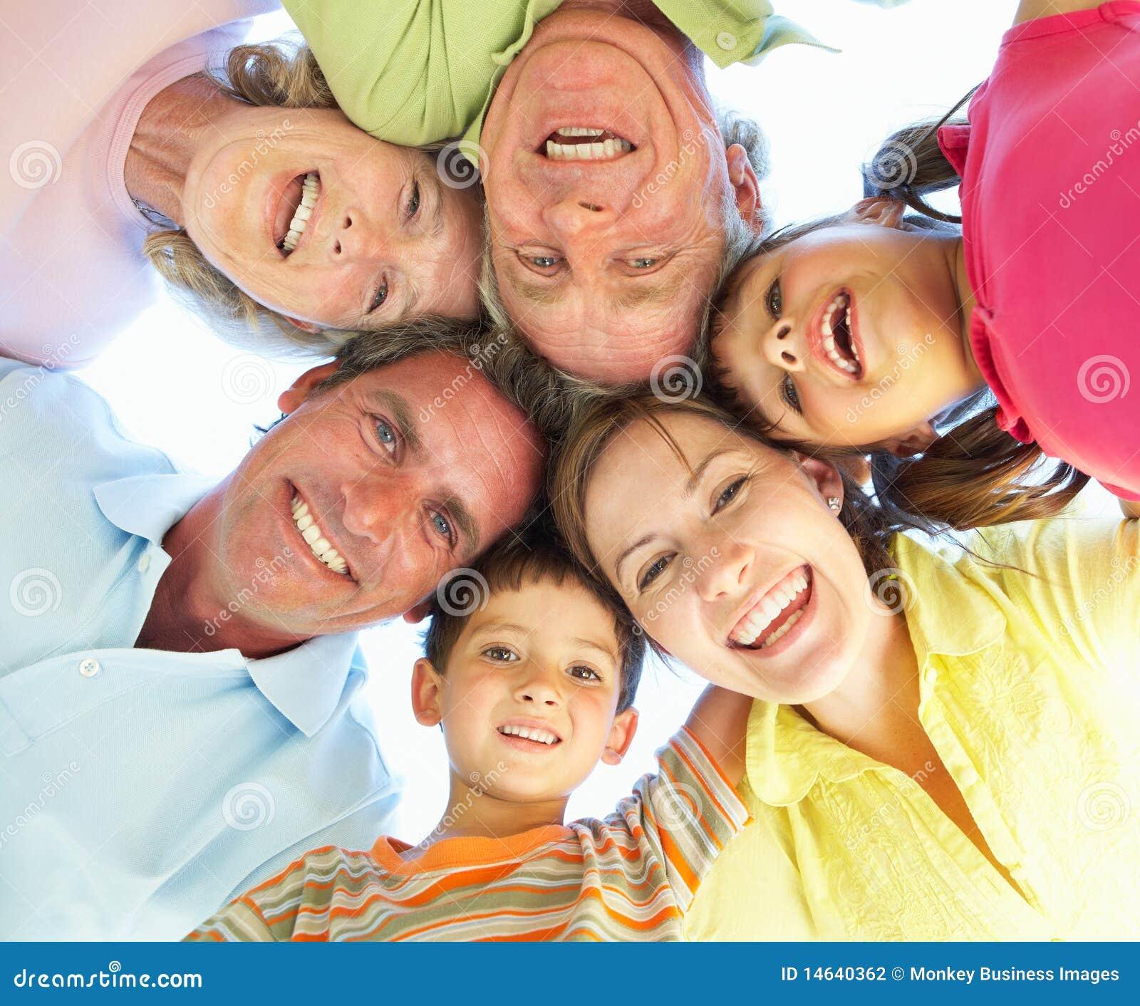 Gruppo della famiglia allargata che osserva giù nella macchina fotografica