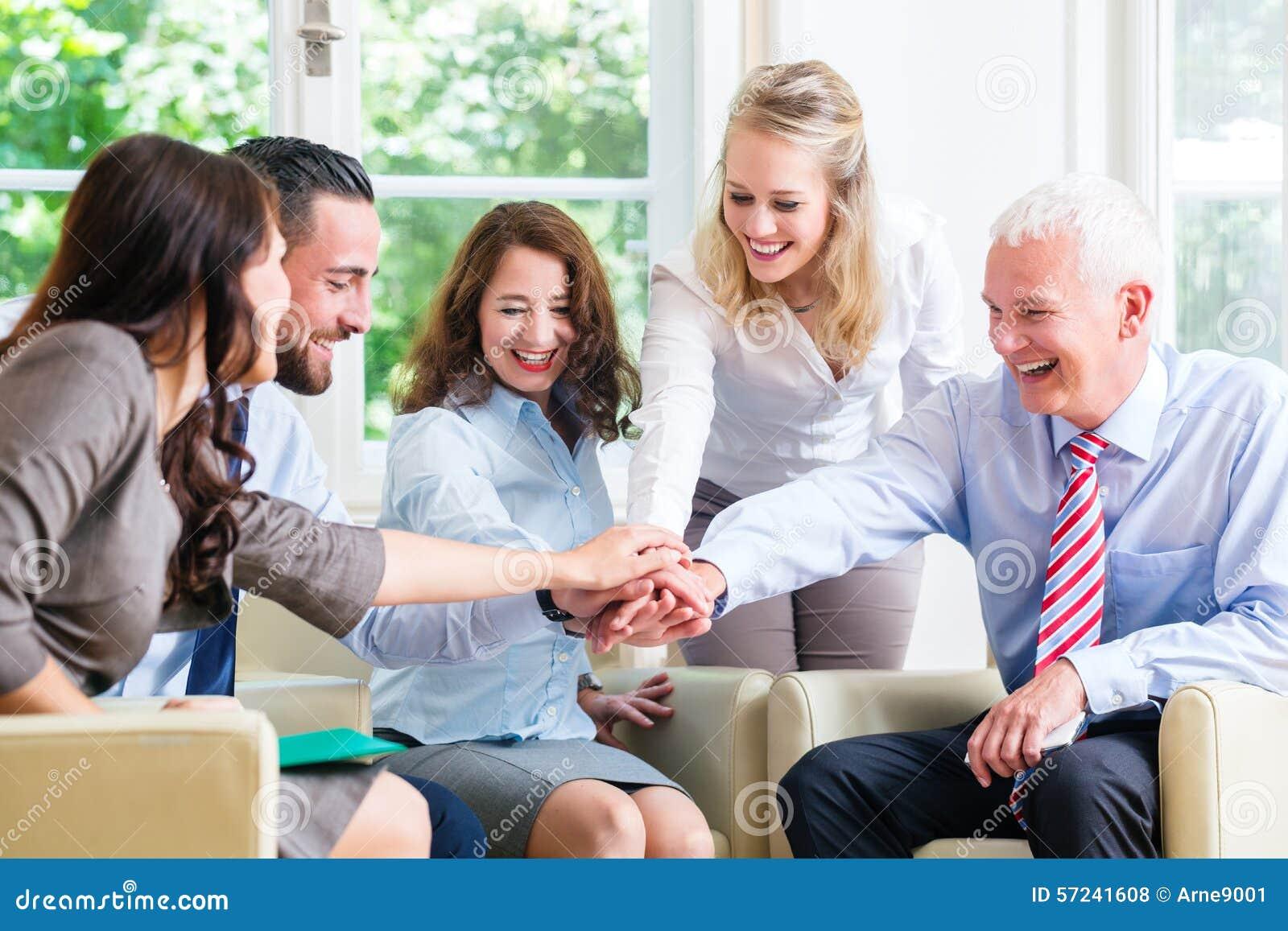 Gruppo della gente di affari che celebra successo