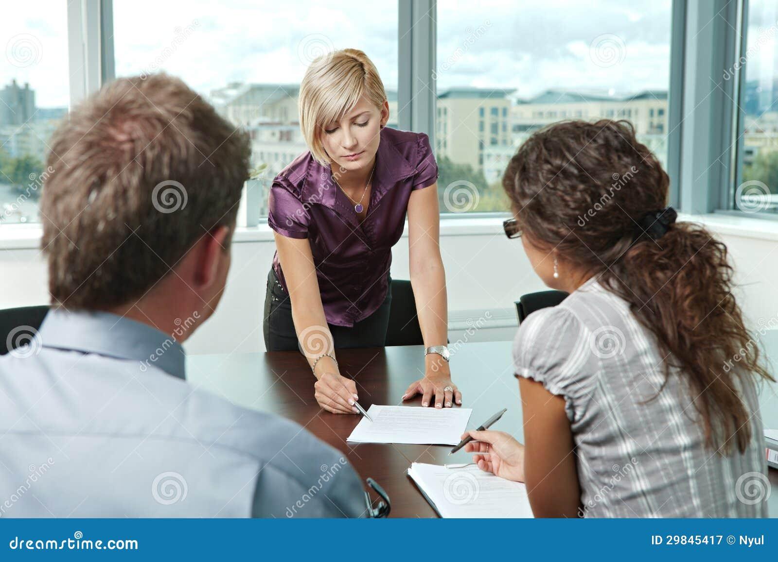 Gente di affari alla riunione