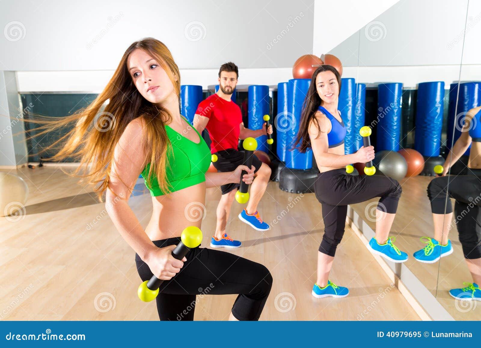 Gruppo della gente di ballo di Zumba cardio alla palestra di forma fisica