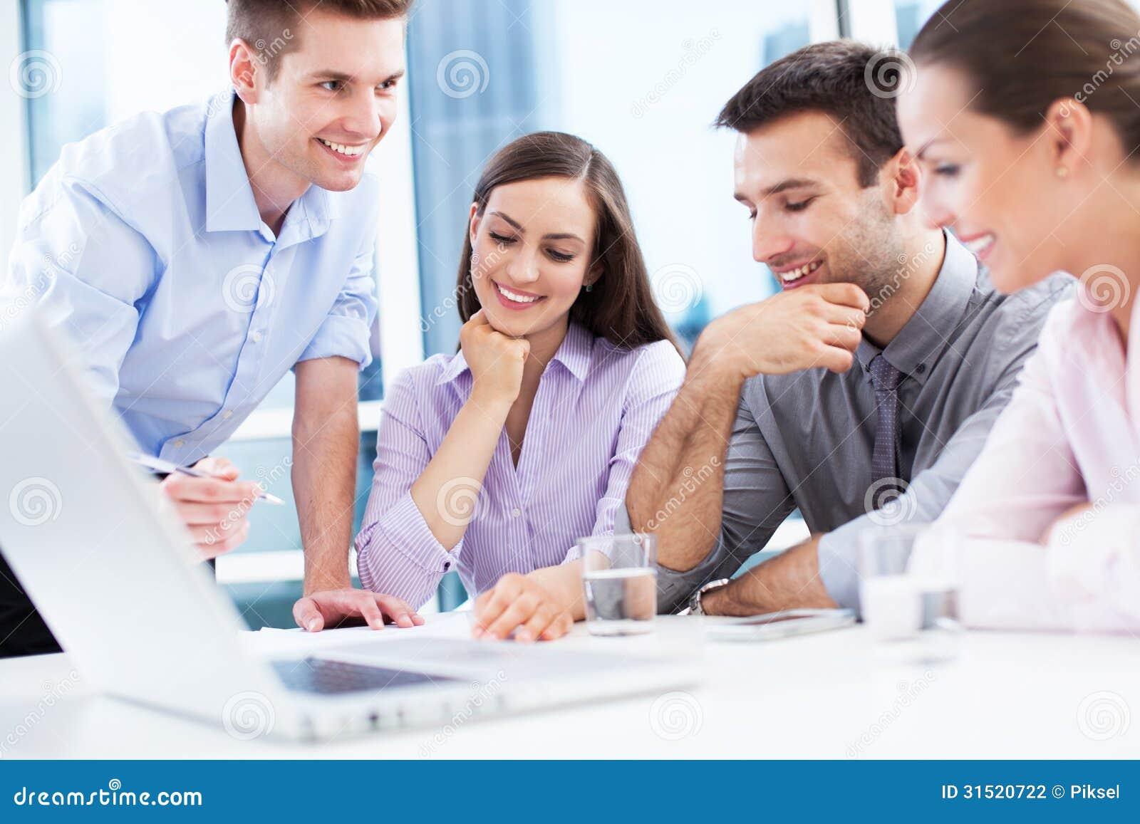 Gruppo di affari all ufficio