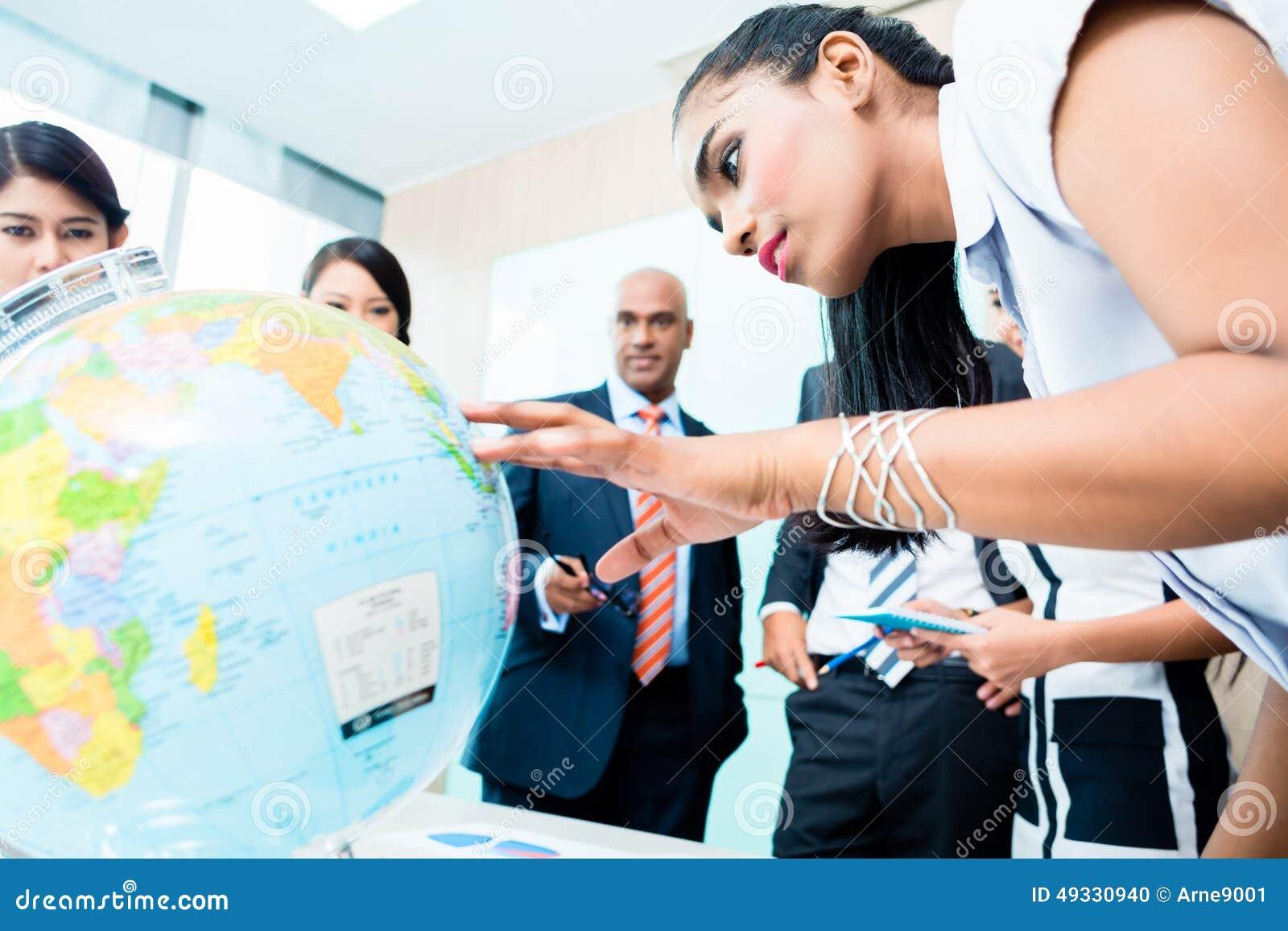 Gruppo di affari che discute i piani di espansione globali