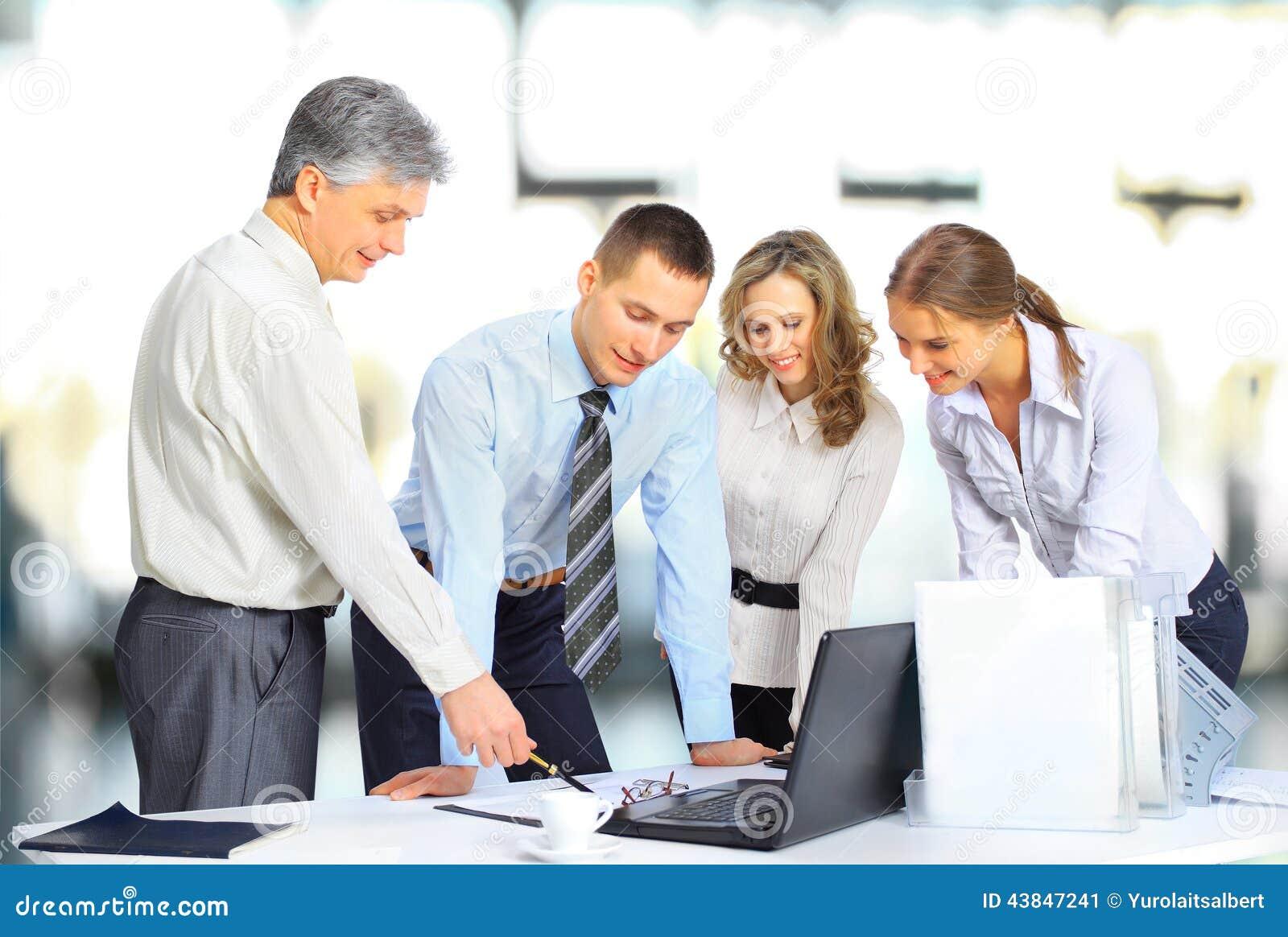 Gruppo di affari che ha riunione in ufficio