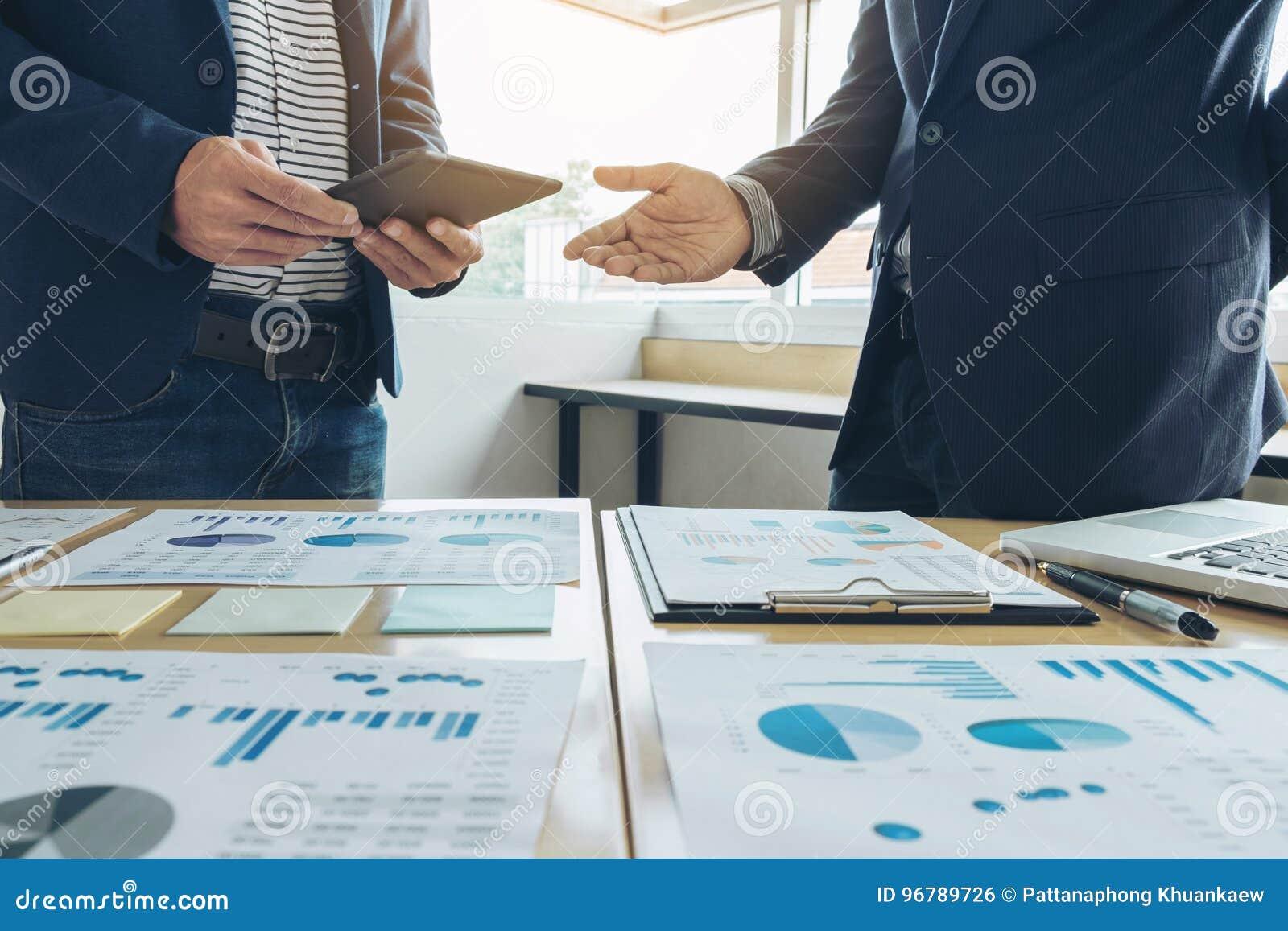 Gruppo di affari che incontra presente idea di presentazione di segretario nuovi e rapporto di fabbricazione all investitore prof