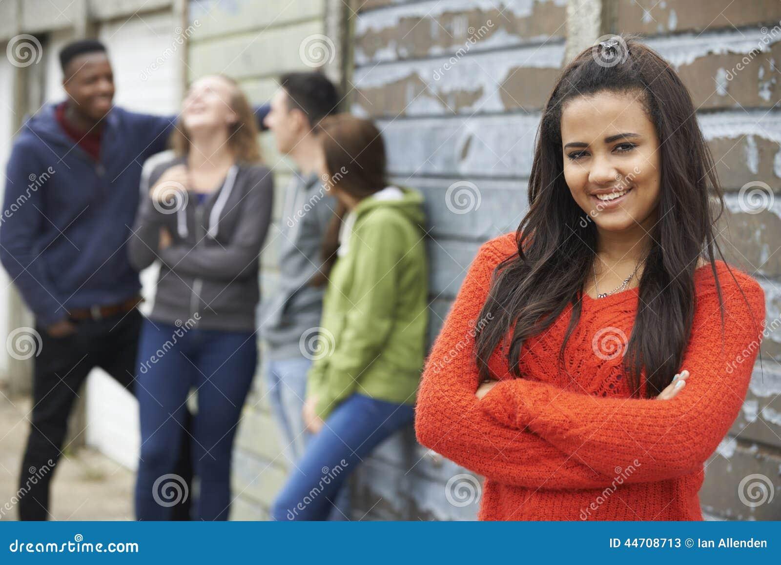 Gruppo di amici adolescenti che vanno in giro nell ambiente urbano