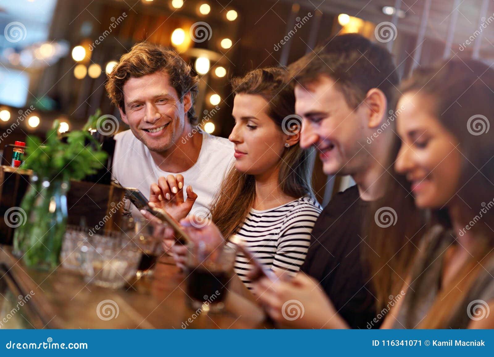 Gruppo di amici che godono del pasto in ristorante