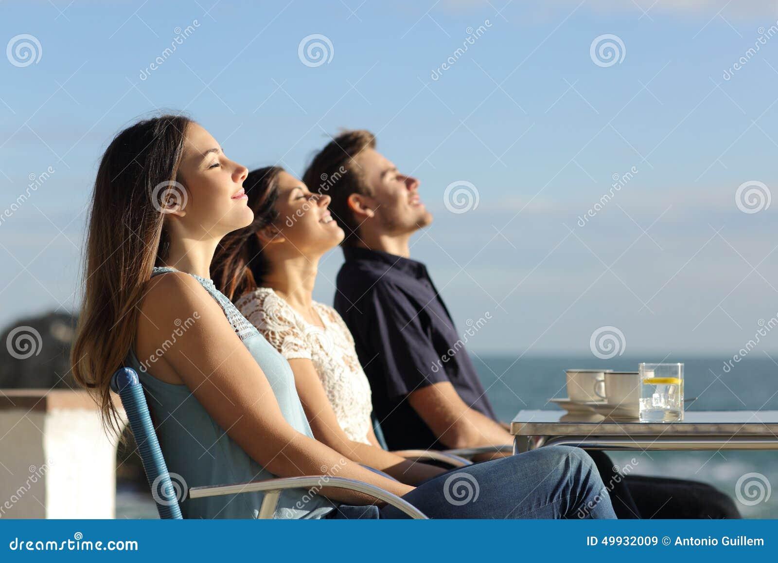 Gruppo di amici che respirano aria fresca in un ristorante sulla spiaggia