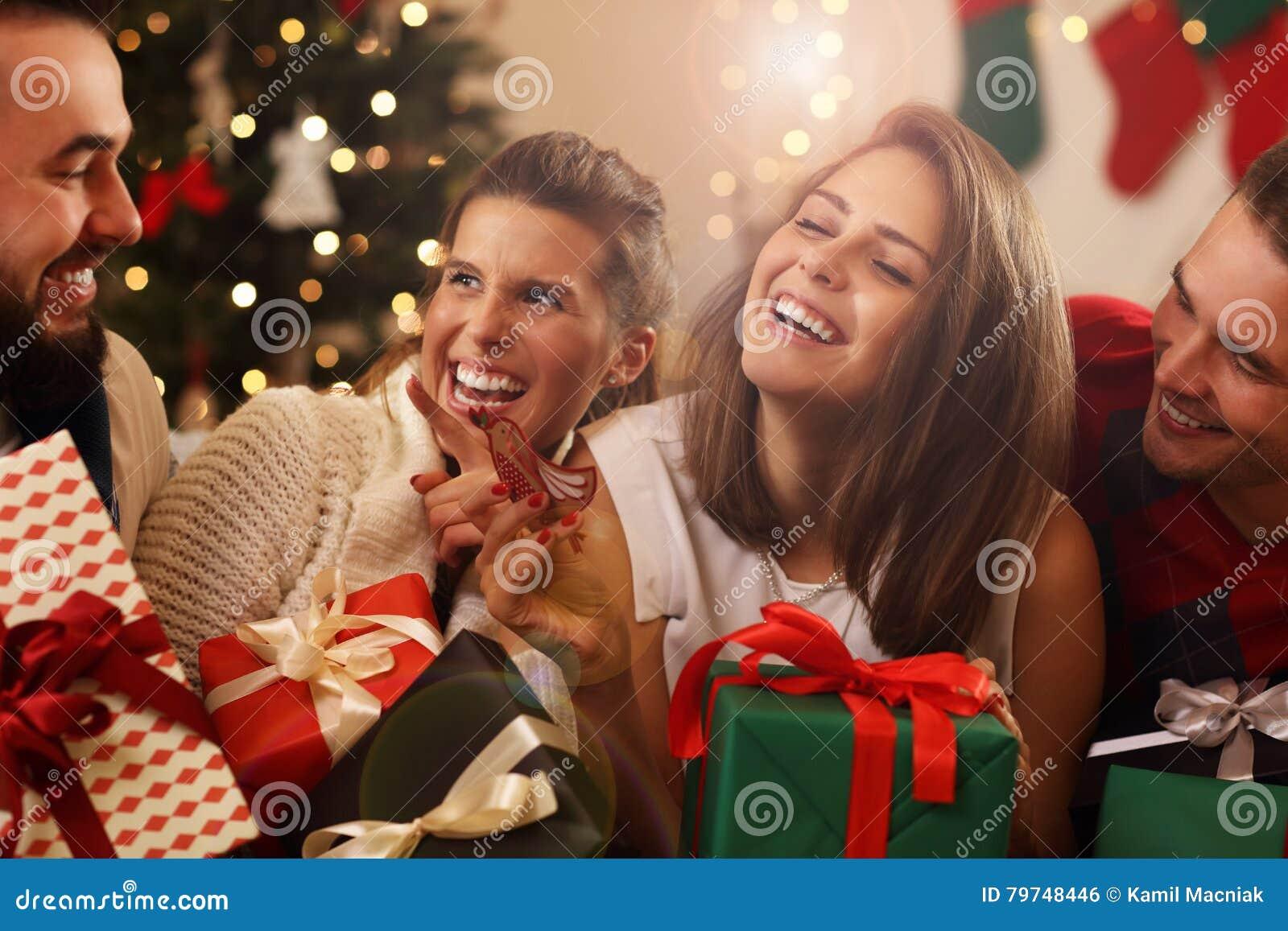 Regali Di Natale Amici.Gruppo Di Amici Con I Regali Di Natale Fotografia Stock
