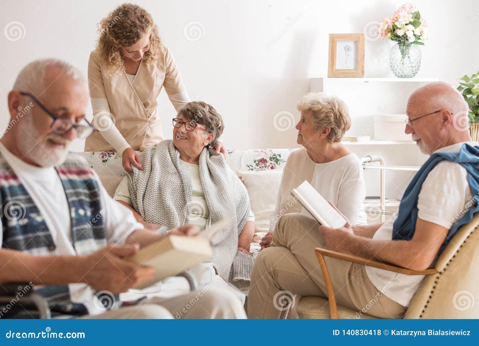 Gruppo di amici senior che spendono insieme tempo alla casa di cura