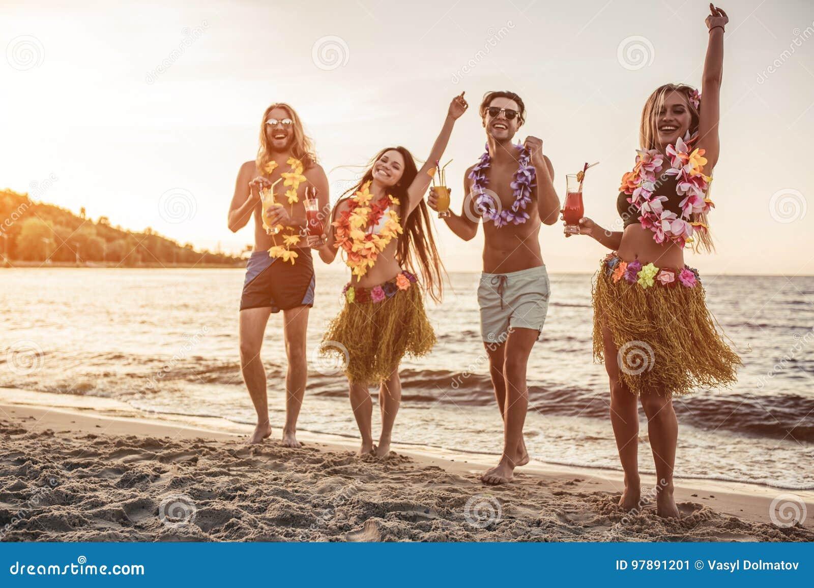 Gruppo di amici sulla spiaggia