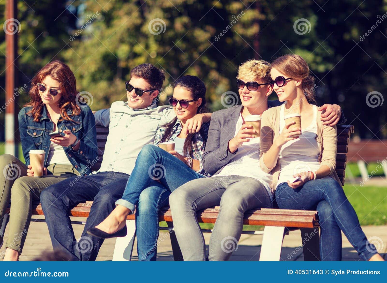Gruppo di andar in giroe degli adolescenti o degli studenti