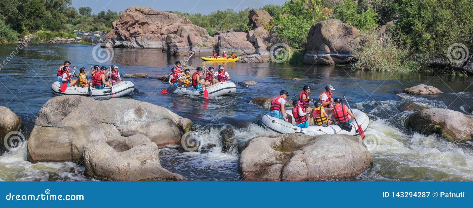 Gruppo di avventuriere che gode che trasporta fiume con una zattera