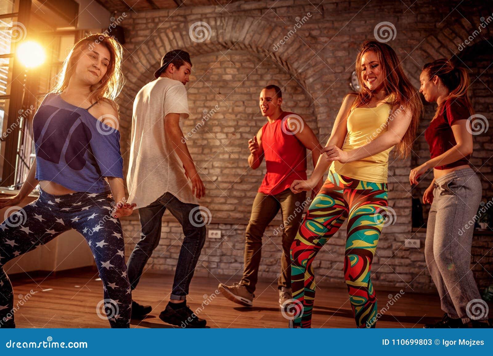 Gruppo di ballerini moderni che ballano nello studio Sport, ballare
