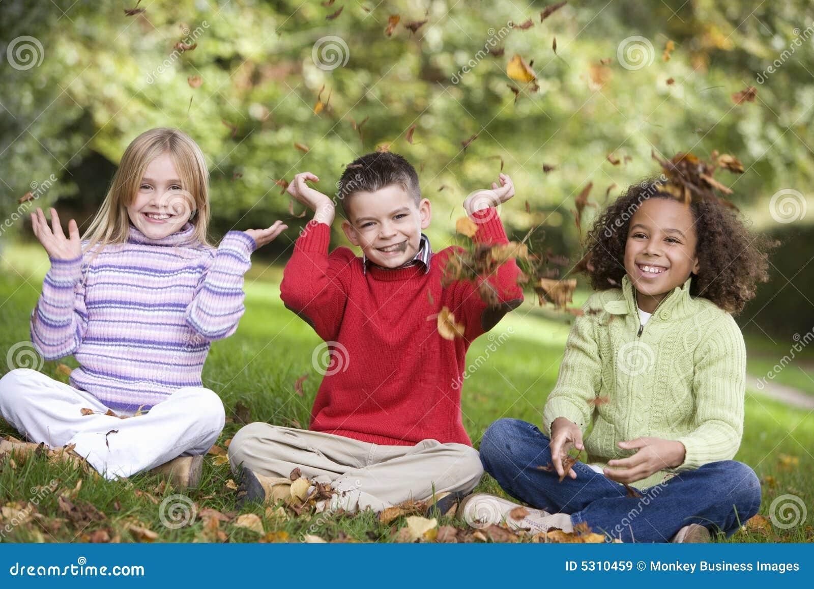 Download Gruppo Di Bambini Che Giocano In Fogli Immagine Stock - Immagine di felicità, autunno: 5310459