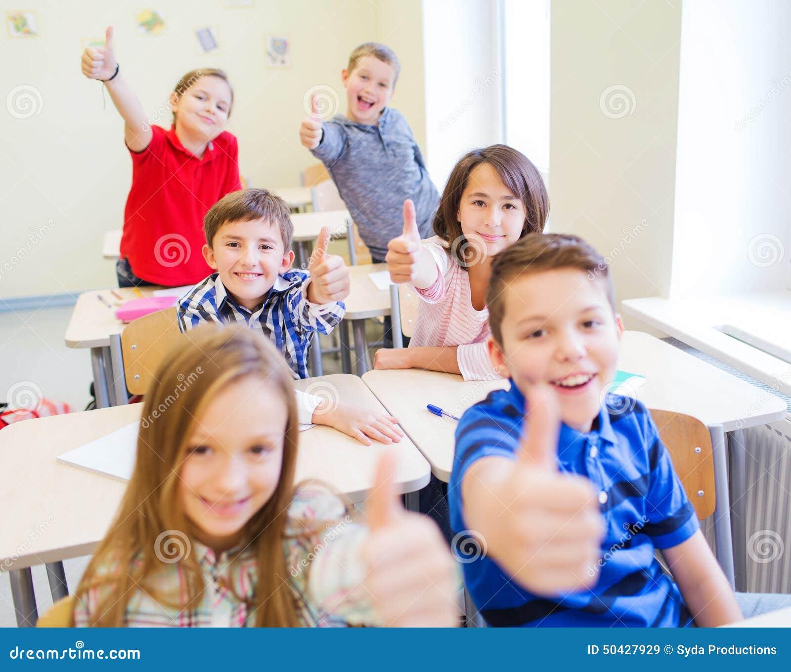 Molto Gruppo Di Bambini Della Scuola Che Mostrano I Pollici Su Immagine  SE33