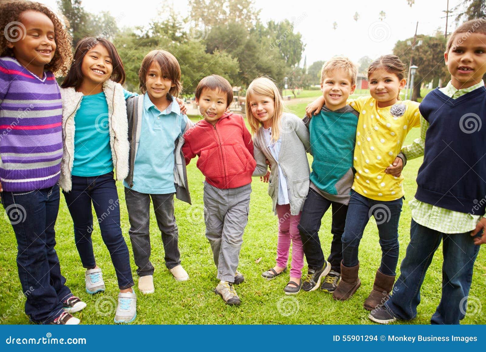 Gruppo di bambini piccoli che vanno in giro nel parco