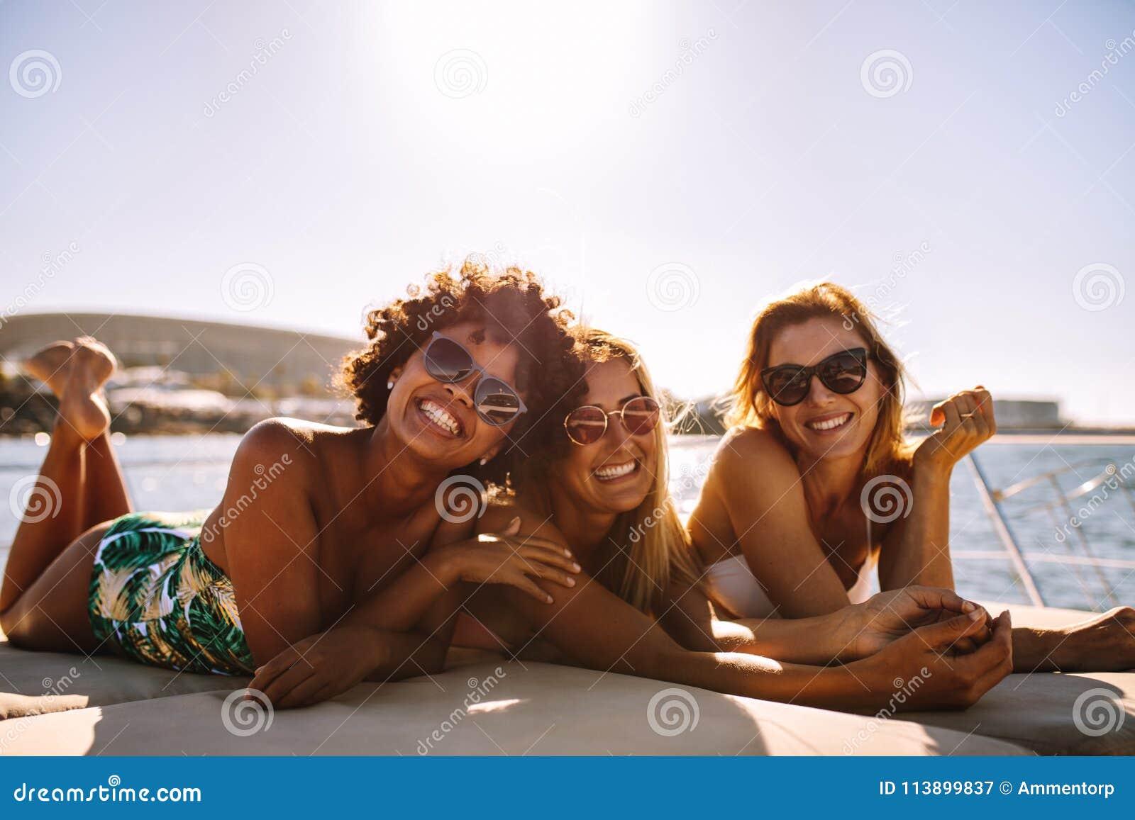 Gruppo di belle donne che si rilassano su una piattaforma dell yacht
