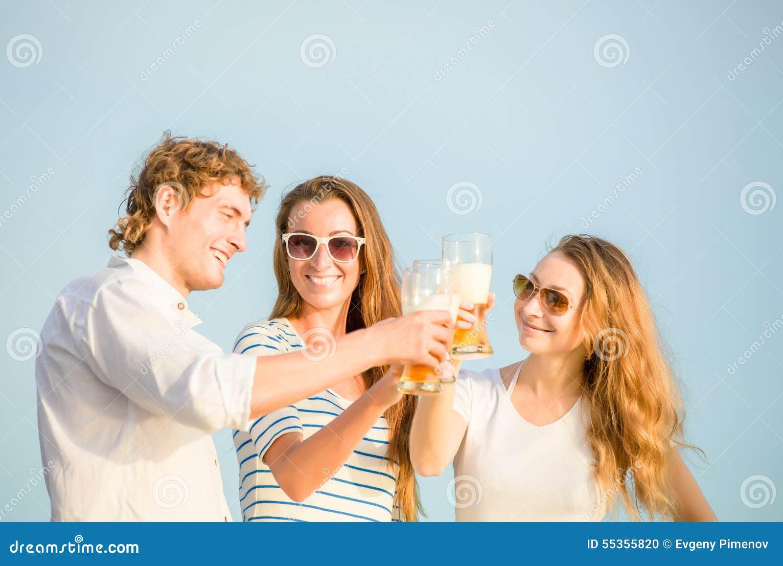 Gruppo di birra bevente felice dei giovani sul