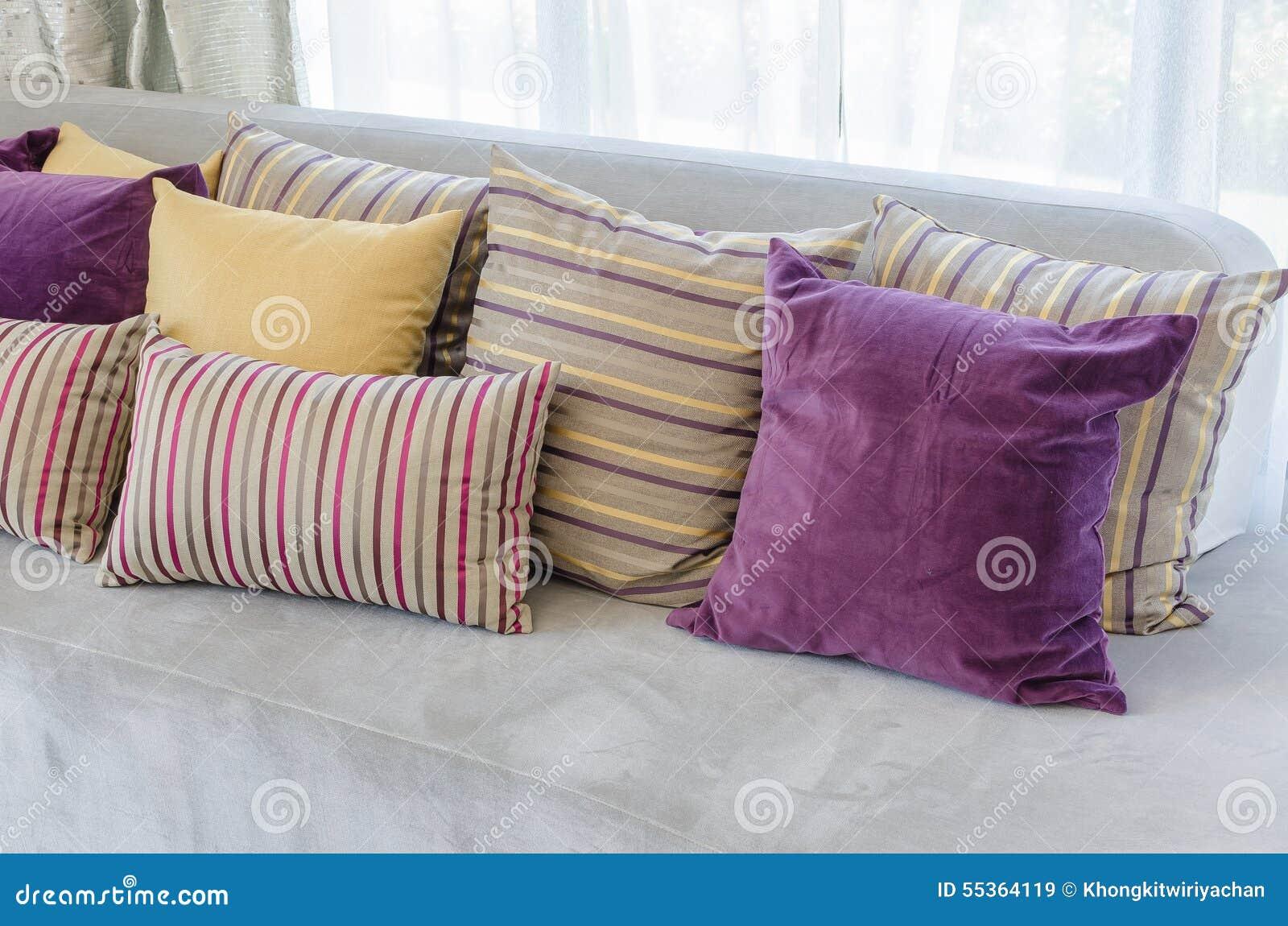 Gruppo di cuscini variopinti sul sofà in salone