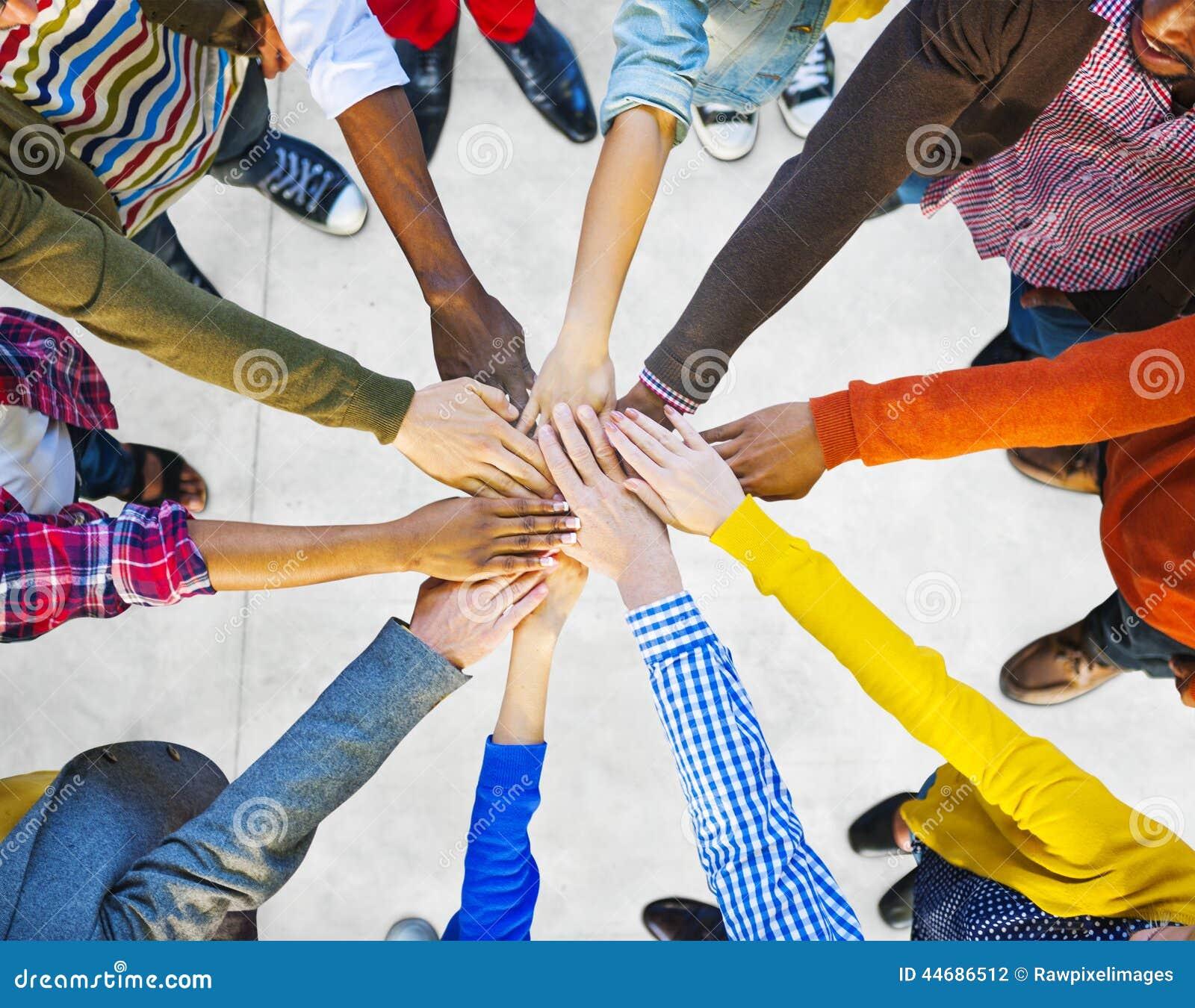 Gruppo di diverso lavoro di squadra multietnico della gente
