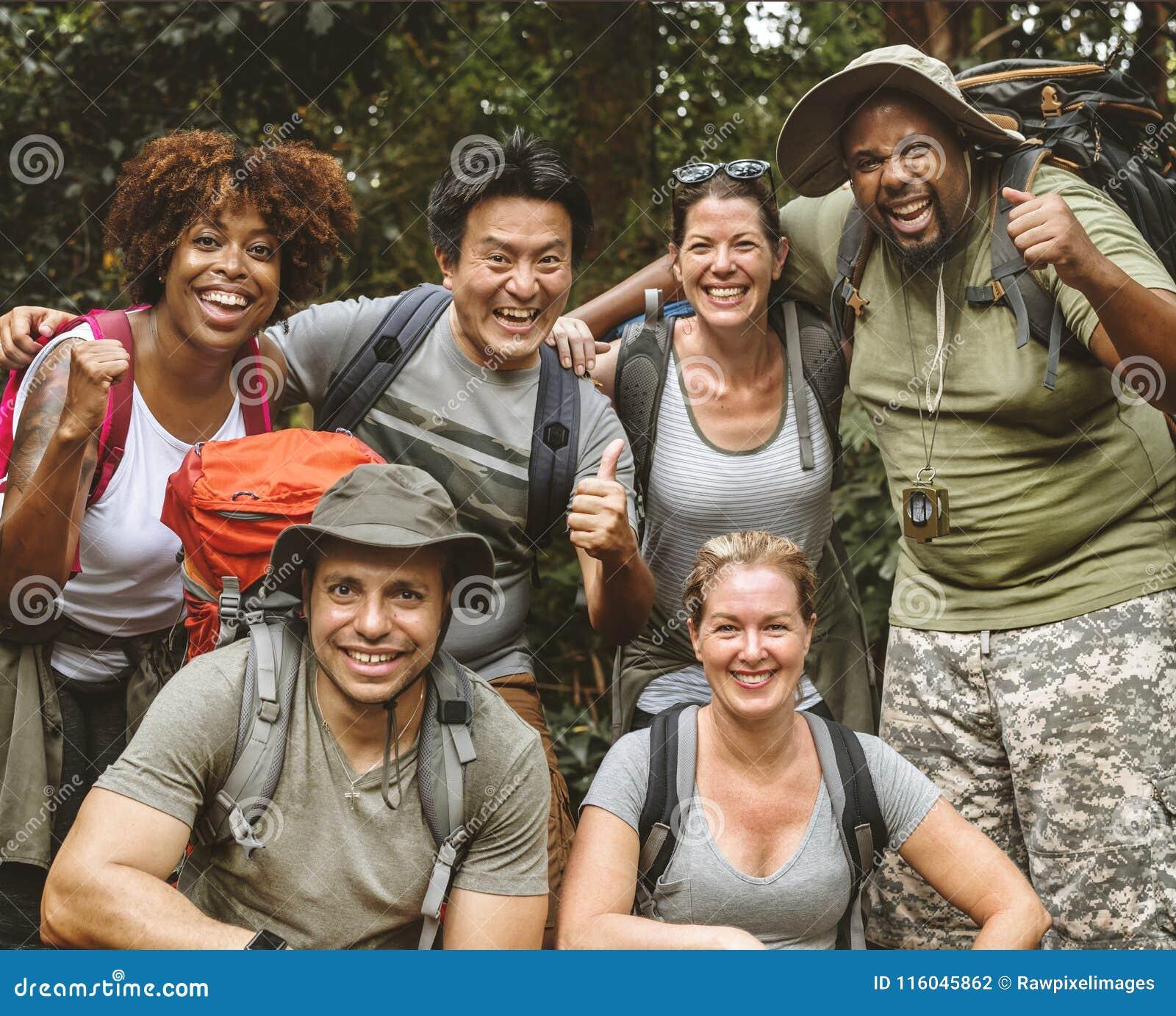 Gruppo di diverso trekking degli amici insieme