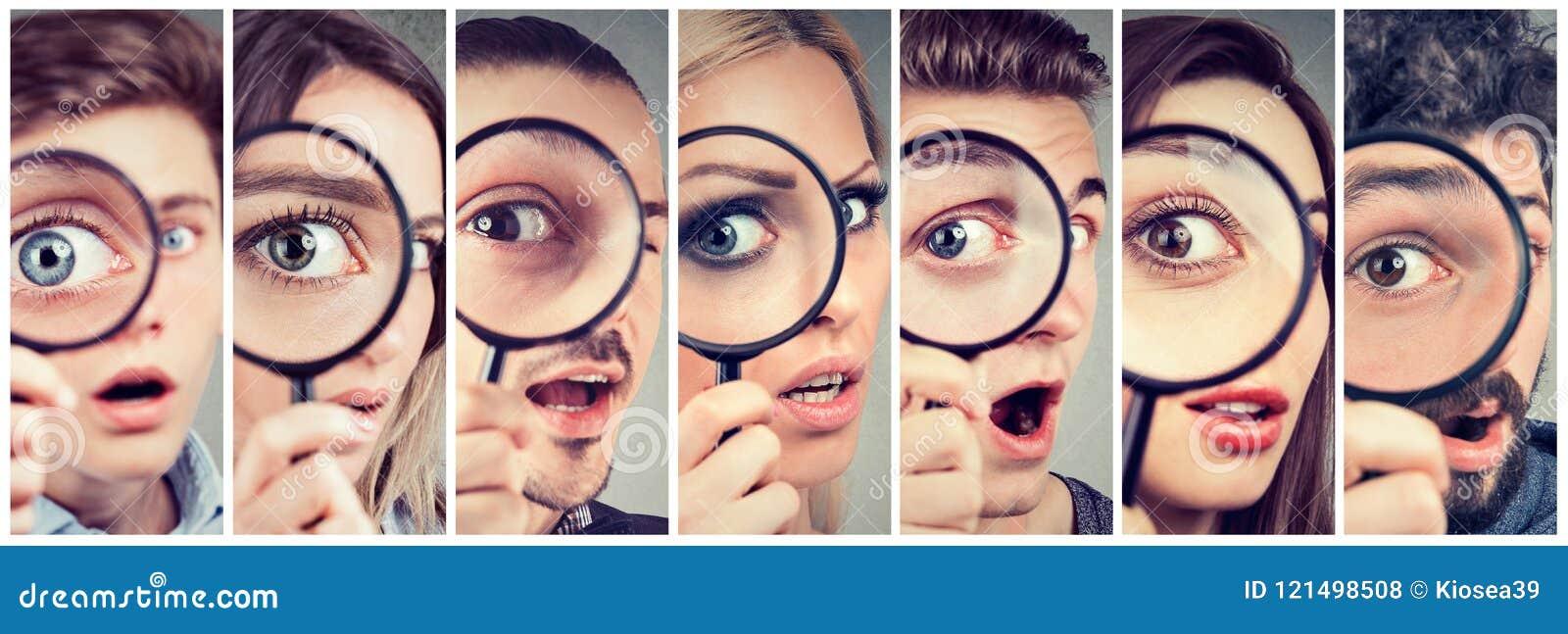 Gruppo di donne curiose e di uomini che guardano tramite una lente d ingrandimento