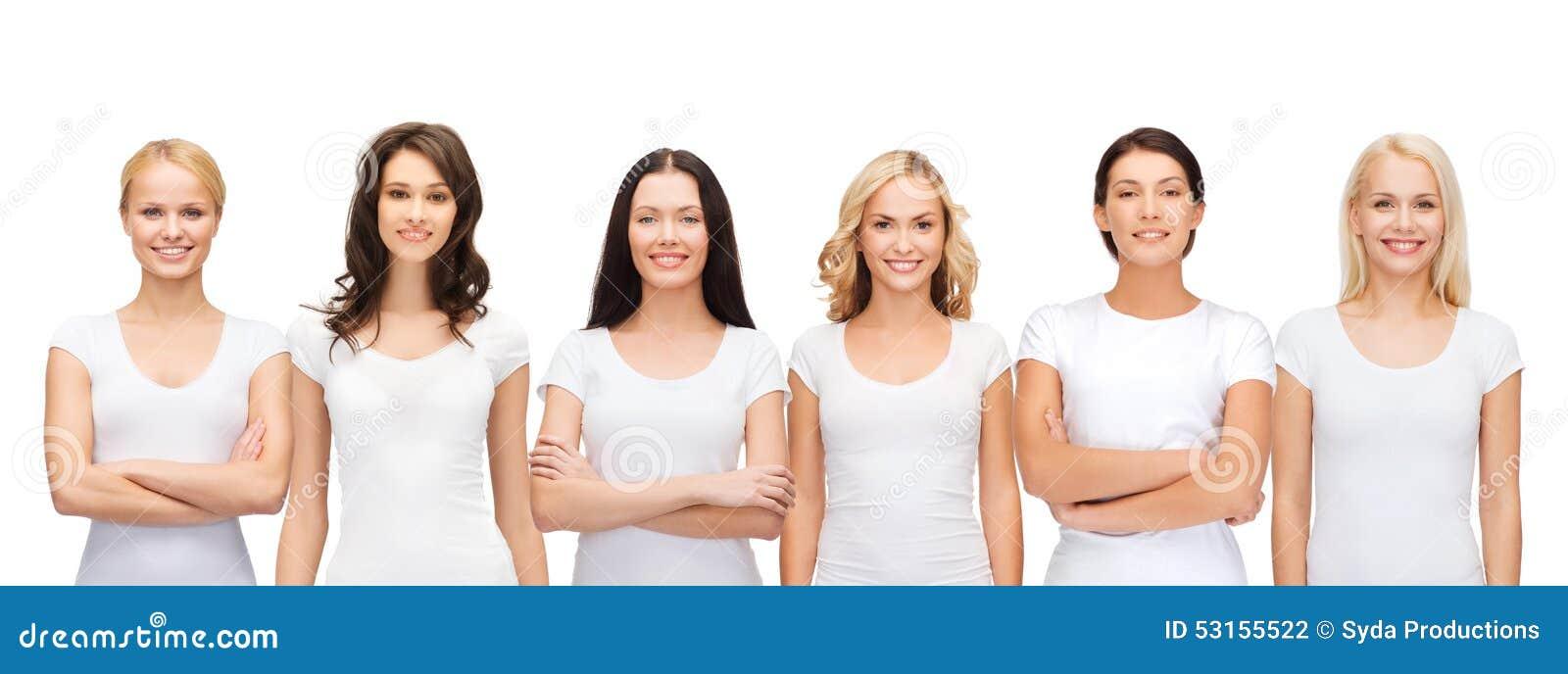 Gruppo di donne sorridenti in magliette bianche in bianco