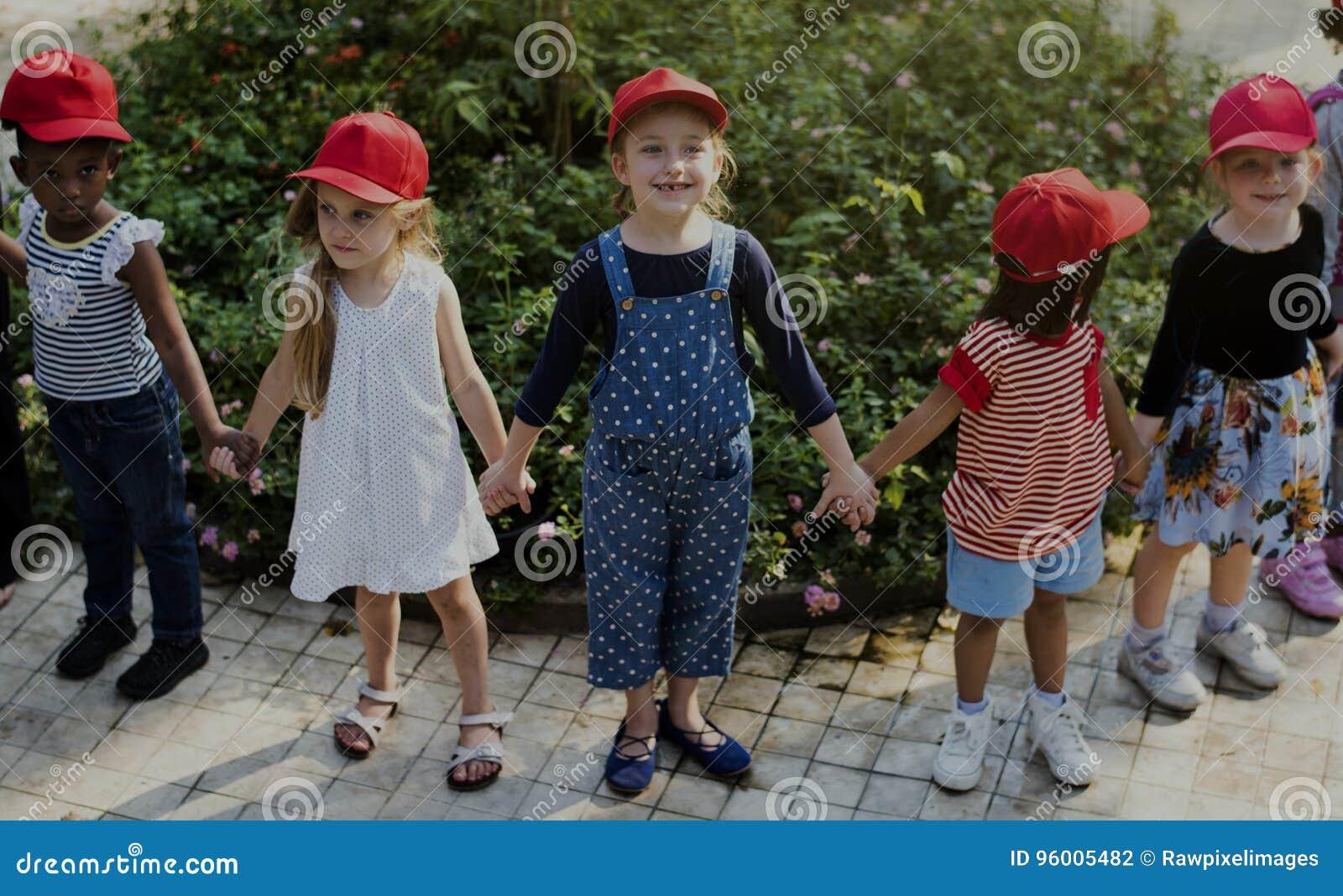 Gruppo di escursioni della scuola dei bambini che impara all aperto parco botanico