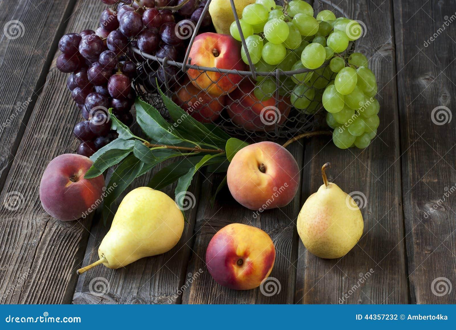 Gruppo di frutta fresca su fondo di legno
