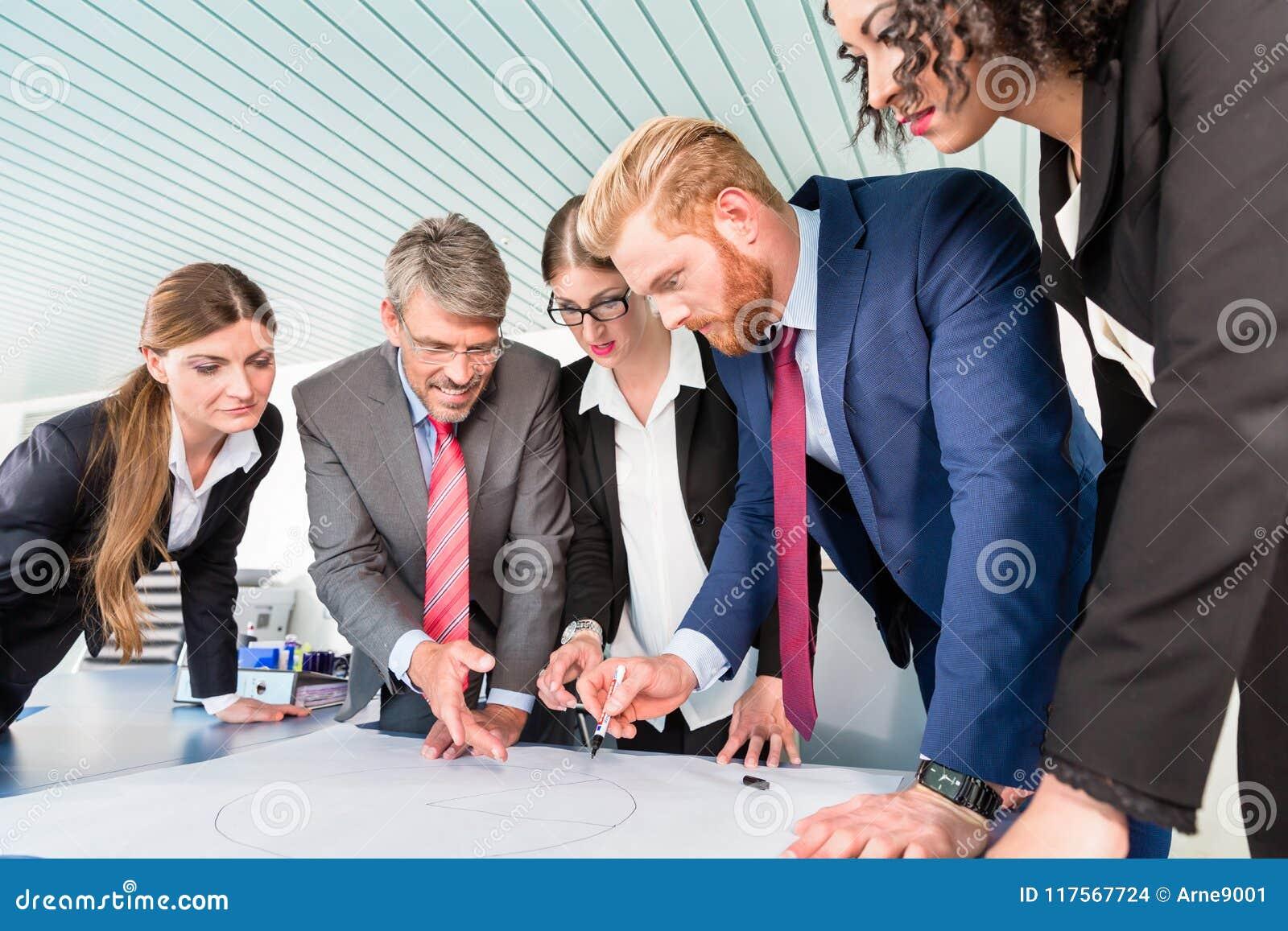 Gruppo di gente di affari che analizza i dati