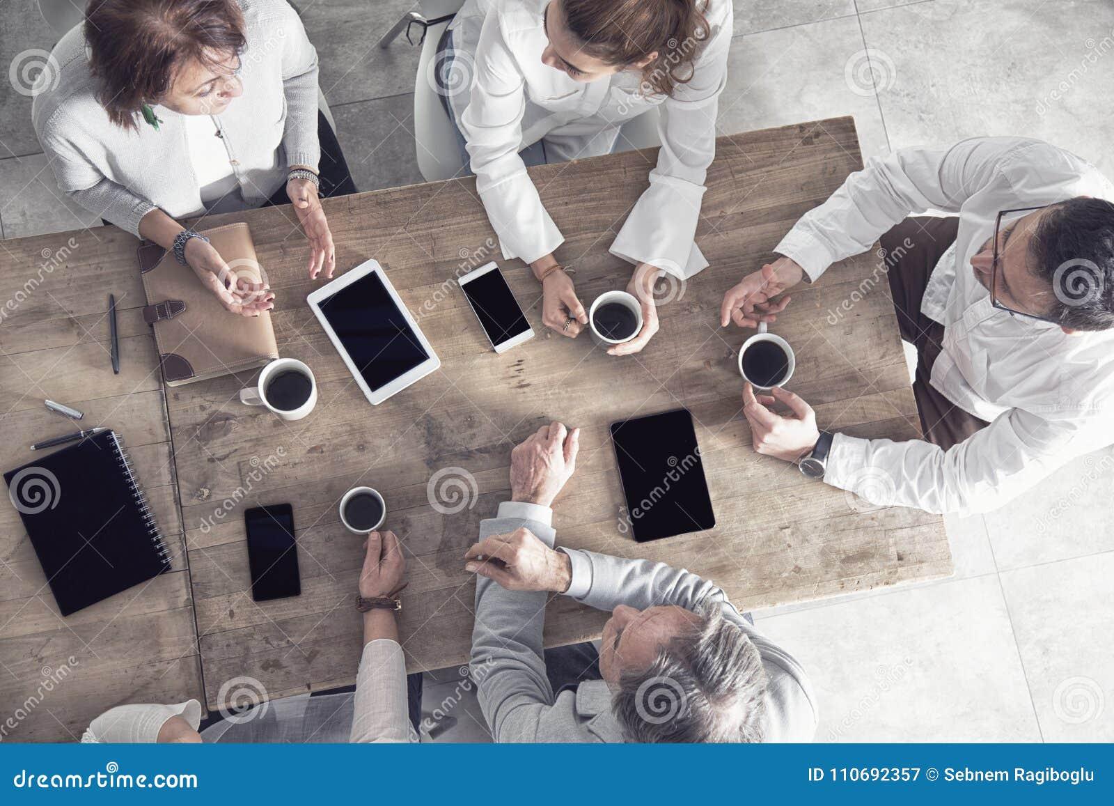 Gruppo di gente di affari che lavora nell ufficio