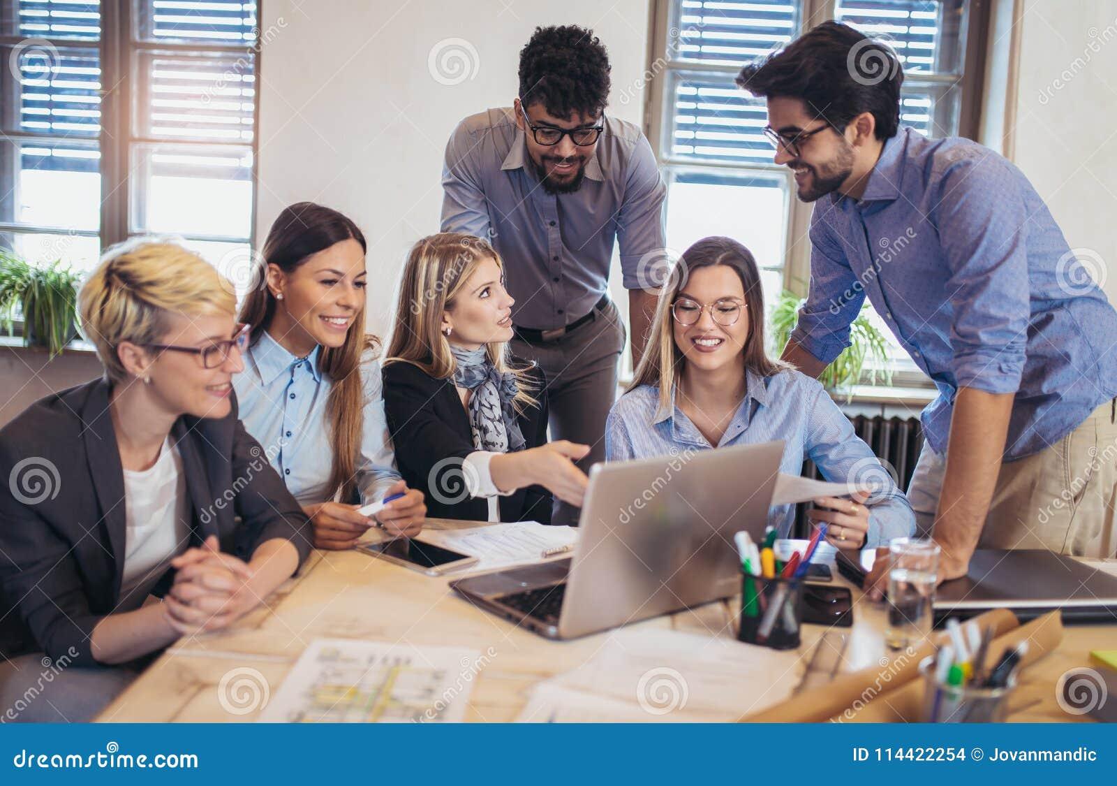 Gruppo di gente di affari nell abbigliamento casual astuto che lavora insieme