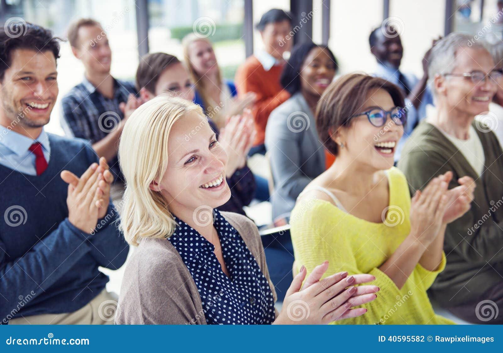 Gruppo di gente allegra multietnica che applaude