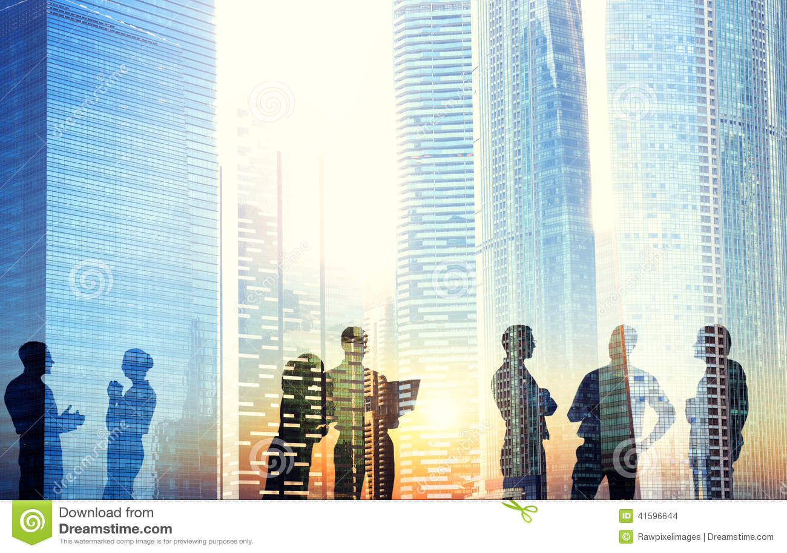 Gruppo di gente di affari che discute all aperto