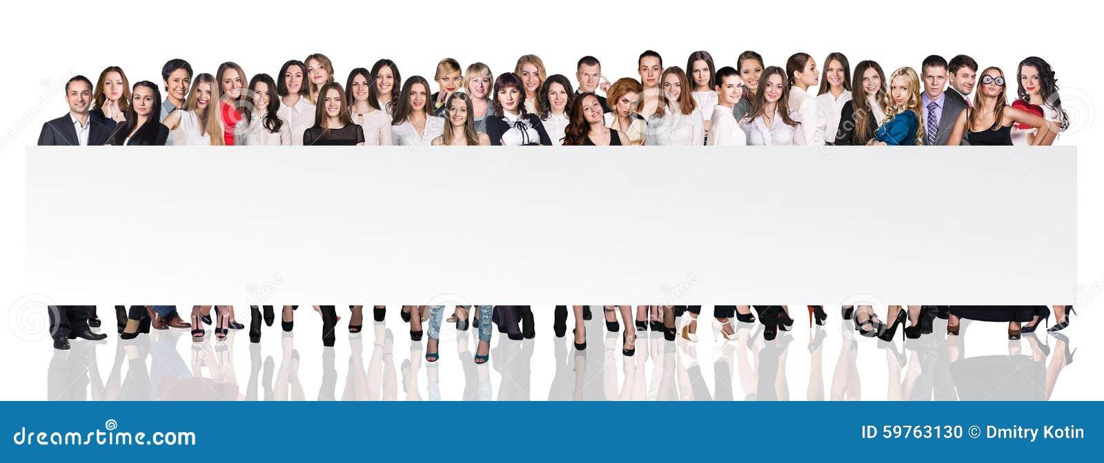 Gruppo di gente di affari che presenta insegna vuota