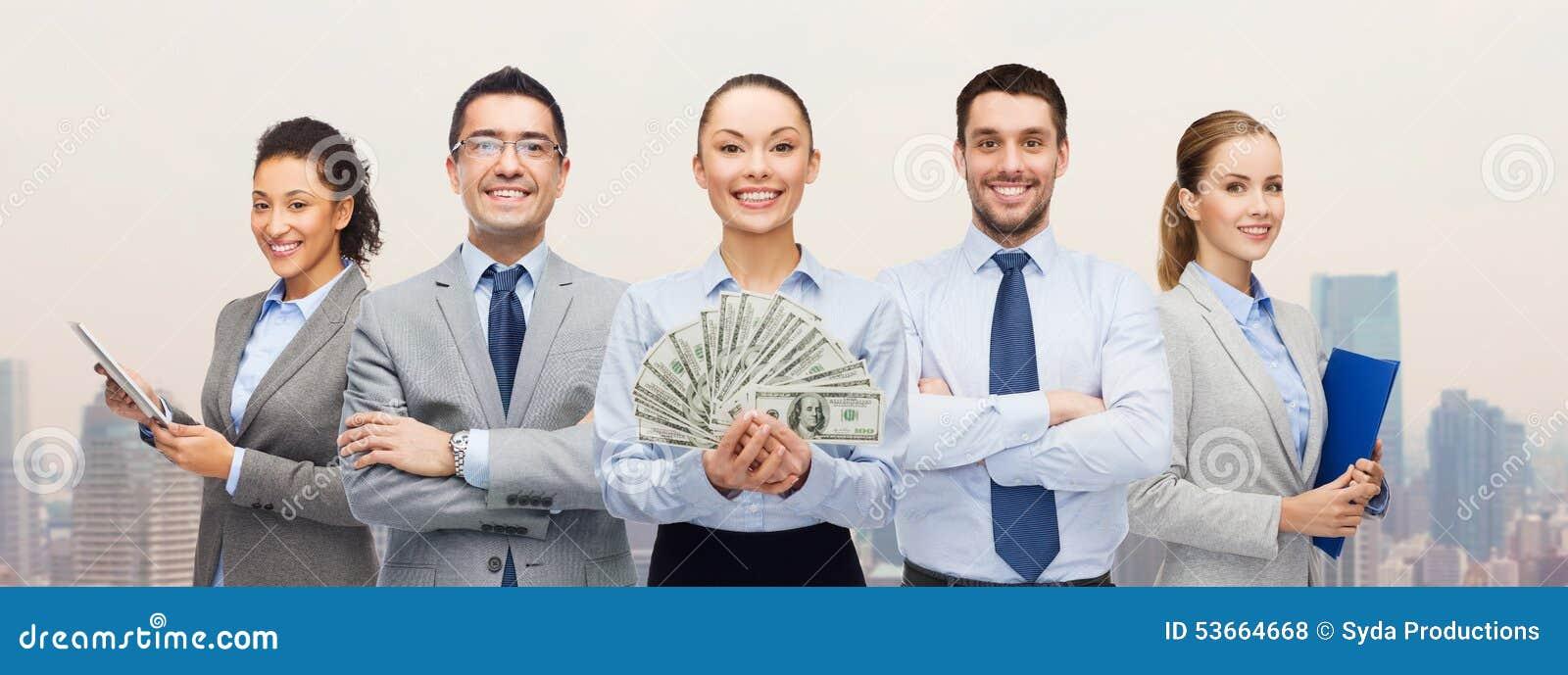 Gruppo di gente di affari con il denaro contante del dollaro