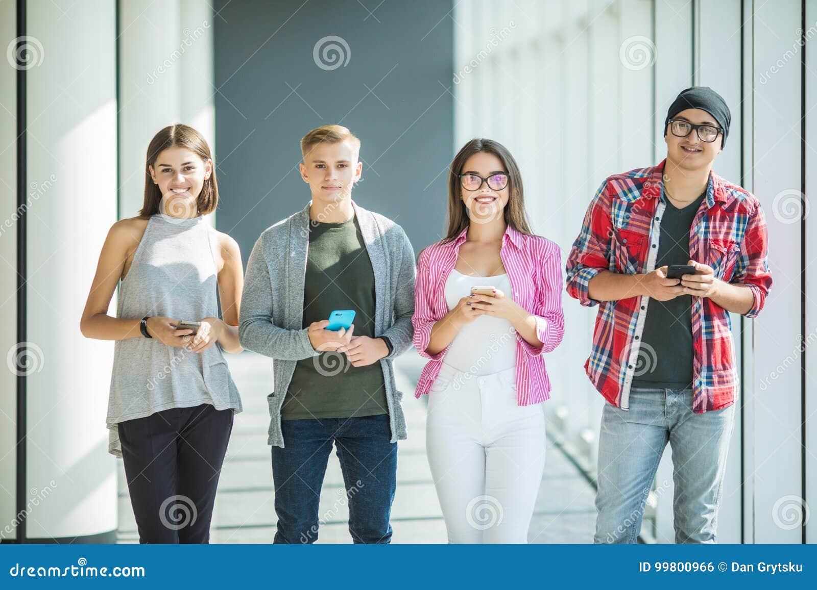 Gruppo di giovani amici che esaminano i loro Smart Phone senza interagirsi all interno Concetti dello stile di vita, tecnologie a