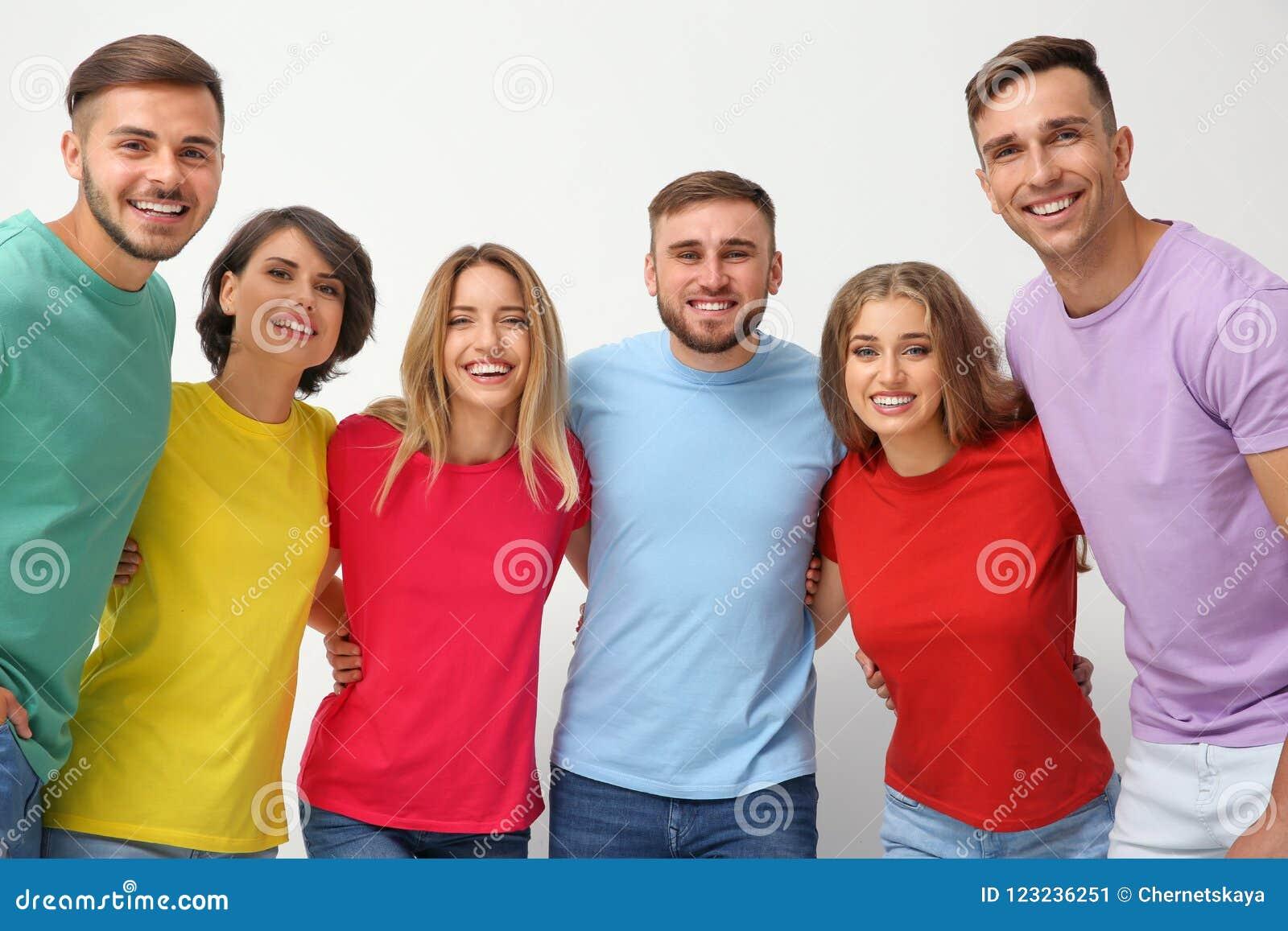 Gruppo di giovani che si abbracciano