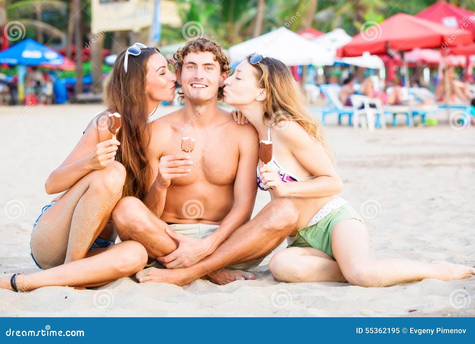 Gruppo di giovani felici che mangiano il gelato sopra
