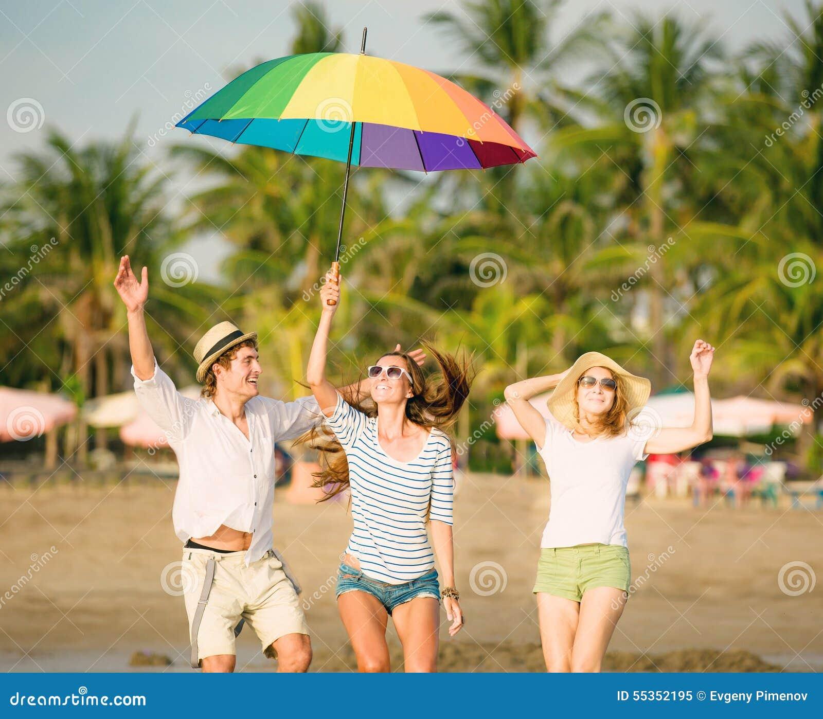 Gruppo di giovani felici divertendosi sul