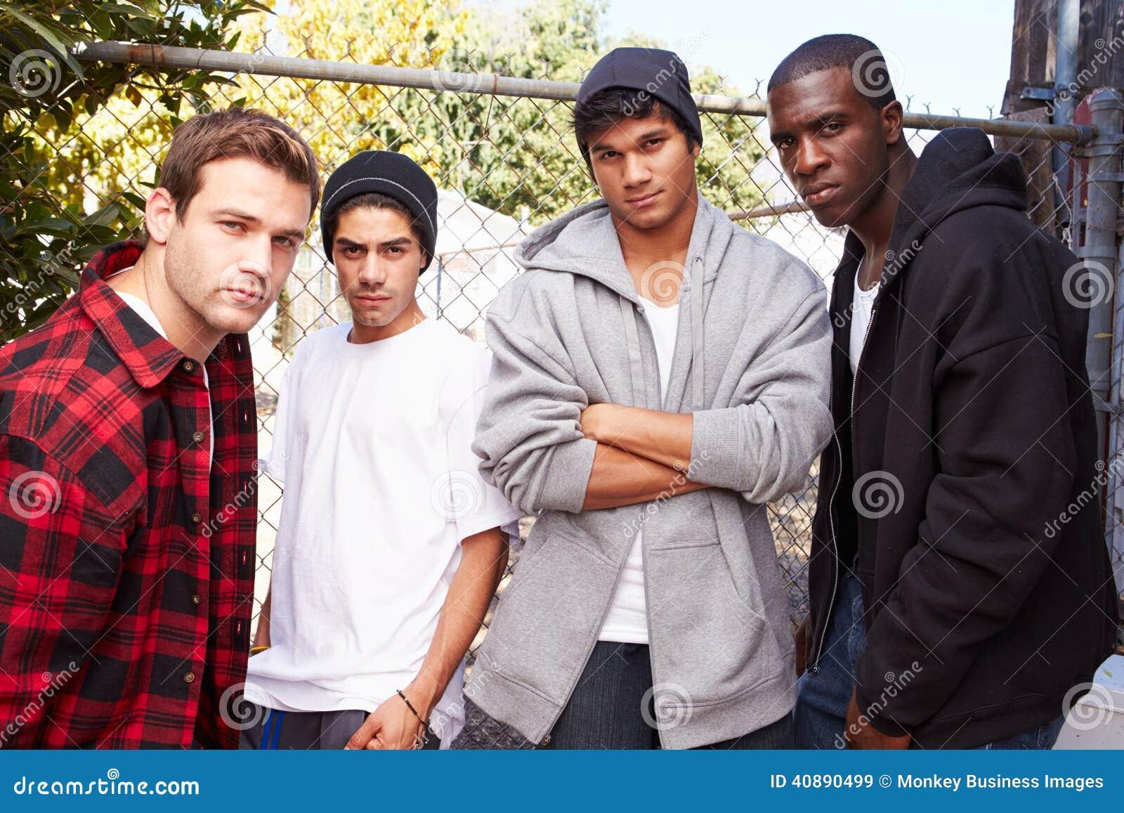Gruppo di giovani nell ambiente urbano che fa una pausa Fe