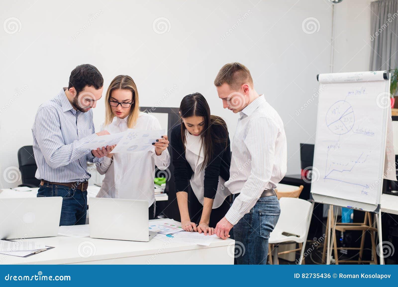 Gruppo di impiegati di concetto che si incontrano per for Discutere it