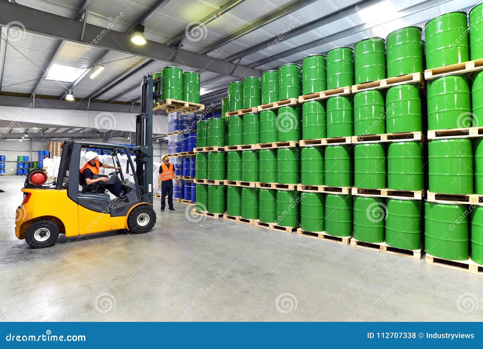 Gruppo di lavoratori nel lavoro di industria di logistica in un magazzino w