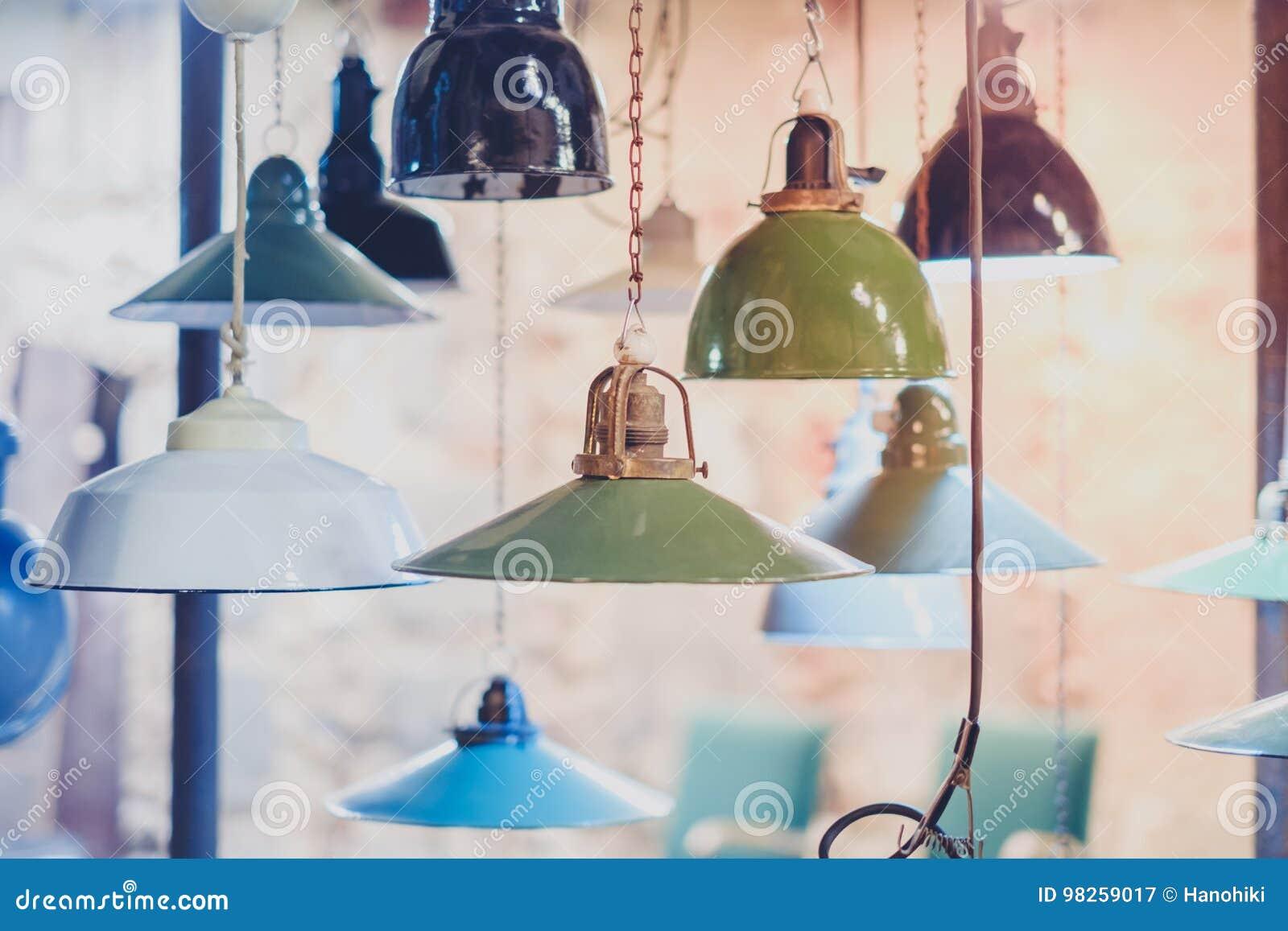 Gruppo di luci dannata che appendono lampade industriali immagine
