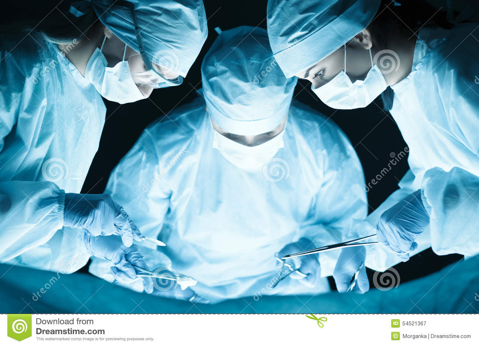 Gruppo di medici che realizza operazione