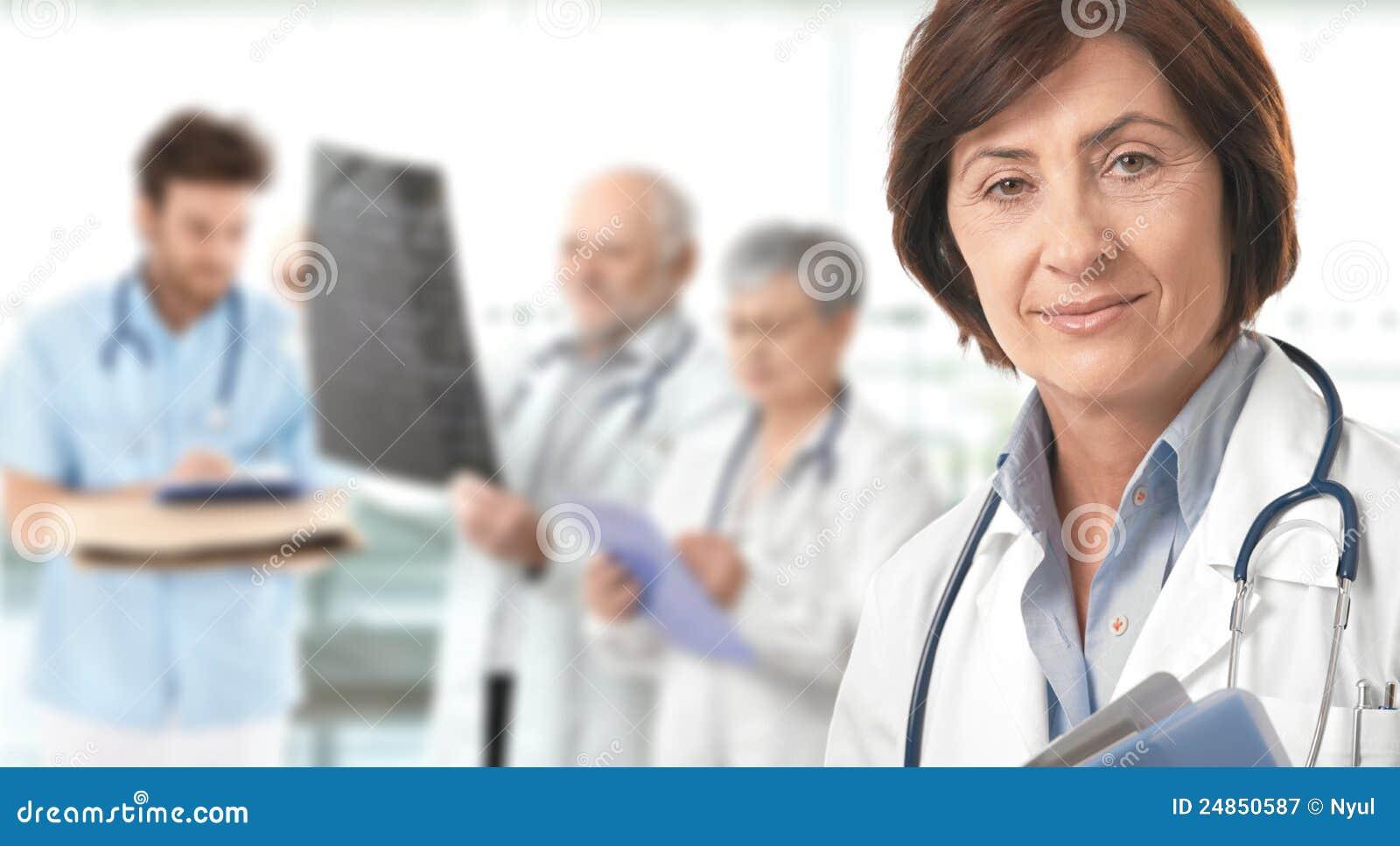 Gruppo di medici del medico femminile maggiore nella priorità bassa