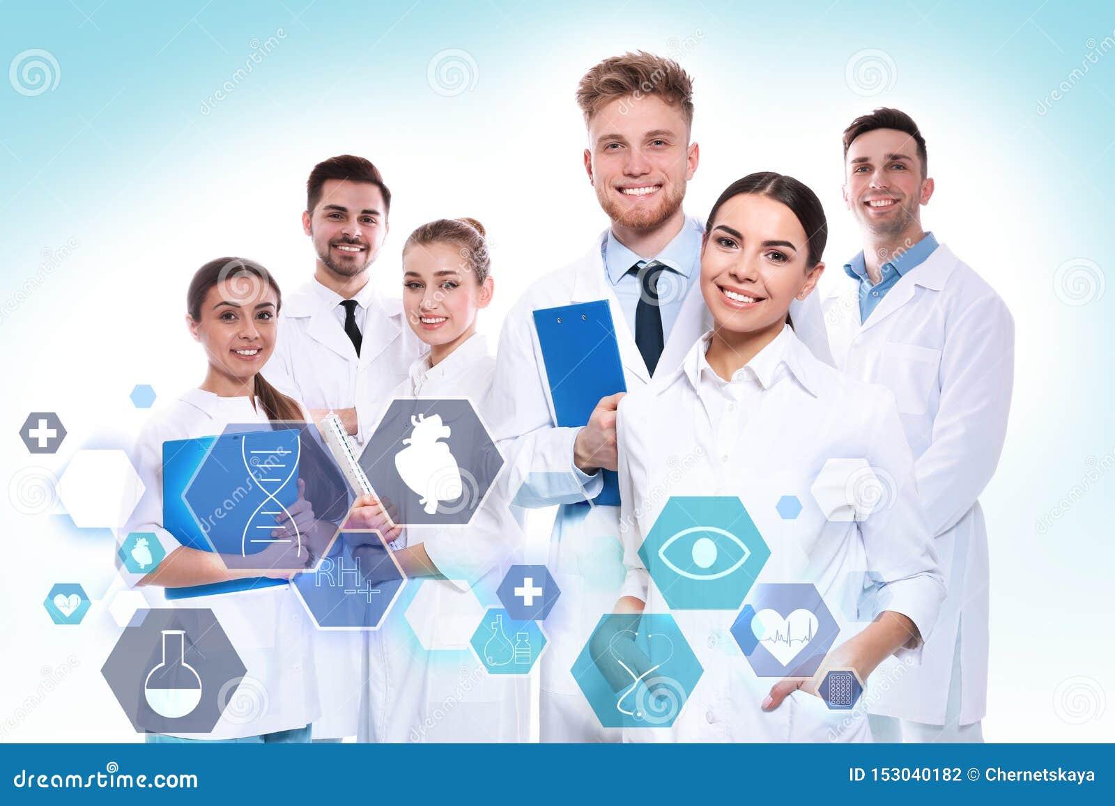 Gruppo di medici e di icone su fondo leggero